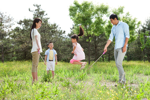 Happy family jumping rope outdoorsの写真素材 [FYI02213619]
