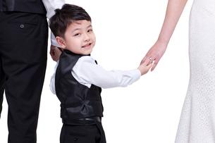 Cute little boy holding parents' handsの写真素材 [FYI02213638]