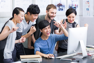 Young adults celebrating in officeの写真素材 [FYI02213662]