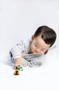 Happy little boy playing toy carの写真素材 [FYI02213664]