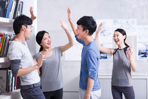 Excited white collar workers celebratingの写真素材 [FYI02213673]
