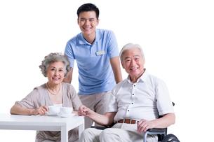 Seniors having a coffee break with nursing assistantの写真素材 [FYI02213700]