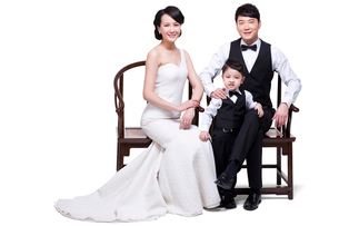 Happy young family sitting in chairsの写真素材 [FYI02213739]