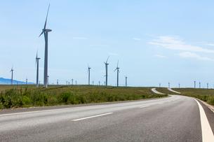 Road and wind driven generators, Qinghai Provinceの写真素材 [FYI02213743]