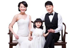Happy young family sitting in chairsの写真素材 [FYI02213751]