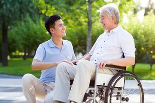 Wheelchair bound man with nursing assistantの写真素材 [FYI02213755]