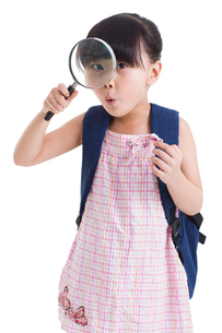 Cute little girl with magnifying glassの写真素材 [FYI02213804]
