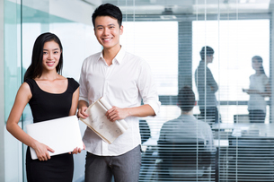 Happy business people with laptopの写真素材 [FYI02213816]