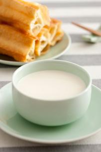 Soybean milk and fried sticksの写真素材 [FYI02213826]