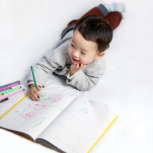 Happy little boy drawingの写真素材 [FYI02213840]