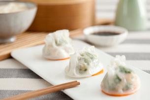 Traditional Chinese breakfast shrimp dumplingsの写真素材 [FYI02213847]