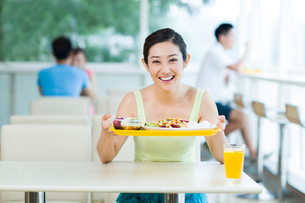 Young woman having a meal in restaurantの写真素材 [FYI02213848]