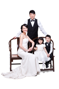 Happy young family sitting in chairsの写真素材 [FYI02213853]