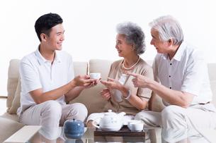 Happy family having tea and chattingの写真素材 [FYI02213856]