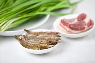 Leek, pork and shrimp in platesの写真素材 [FYI02213866]
