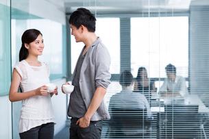 Happy office workers taking a coffee breakの写真素材 [FYI02213875]