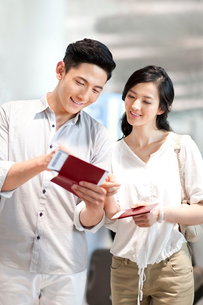 Young couple with tickets at the airportの写真素材 [FYI02213879]