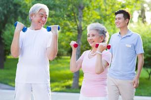 Seniors exercising in nursing homeの写真素材 [FYI02213883]