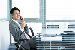 Young businessman on the phone celebratingの写真素材 [FYI02213885]