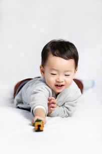 Happy little boy playing toy carの写真素材 [FYI02213889]