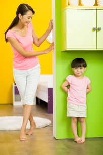 Happy mother and daughter playing hide and seekの写真素材 [FYI02213891]