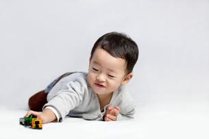 Happy little boy playing toy carの写真素材 [FYI02213906]