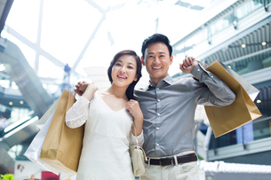 Couple shopping in mallの写真素材 [FYI02213923]