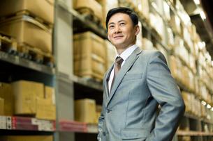 Confident businessman in warehouseの写真素材 [FYI02213928]