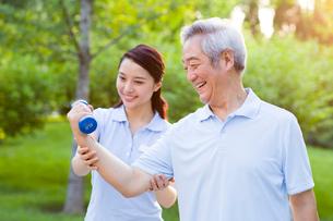 Senior man exercising with dumbbell in nursing homeの写真素材 [FYI02213950]
