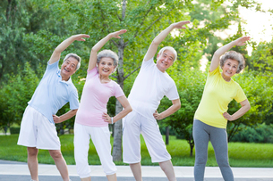 Seniors exercising in the morningの写真素材 [FYI02213955]