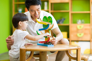 Father and daughter playing toy slideの写真素材 [FYI02213960]