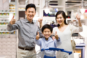 Happy family doing thumbs-upの写真素材 [FYI02213962]