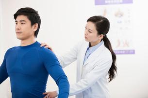 Female doctor examining patientの写真素材 [FYI02213967]