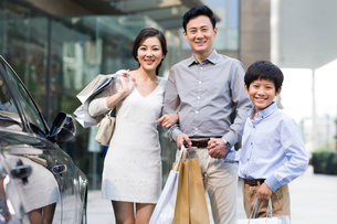 Happy family with shopping bagsの写真素材 [FYI02213968]