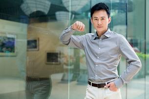 Portrait of confident manの写真素材 [FYI02213987]