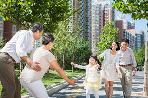 Happy multi-generation family gatheringの写真素材 [FYI02214001]
