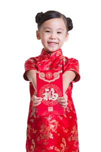 Cute girl with red packet celebrating Chinese New Yearの写真素材 [FYI02214011]