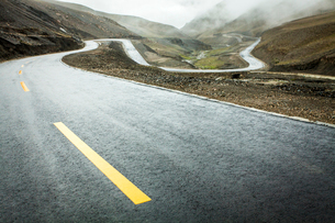 Mountain road in Tibet, Chinaの写真素材 [FYI02214028]