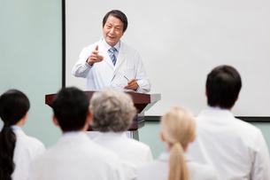 Senior doctor giving speech in boardroomの写真素材 [FYI02214043]