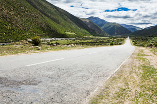 Road and mountains in Tibet, Chinaの写真素材 [FYI02214052]