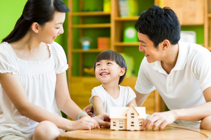 Young family playing toy houseの写真素材 [FYI02214079]