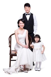 Portrait of happy young familyの写真素材 [FYI02214087]