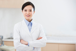 Confident female doctor with arms crossedの写真素材 [FYI02214088]