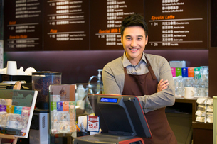 Male coffee store clerk arms crossedの写真素材 [FYI02214089]