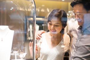 Sweet couple in jewelry storeの写真素材 [FYI02214112]