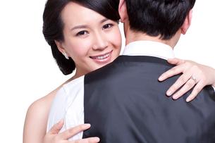 Sweet young couple embracingの写真素材 [FYI02214128]