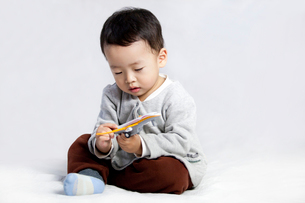 Cute little boy playing toyの写真素材 [FYI02214142]