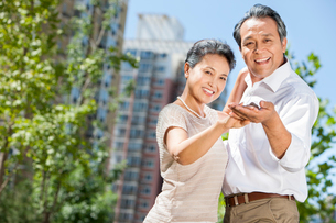 Cheerful mature couple dancing outdoorsの写真素材 [FYI02214147]