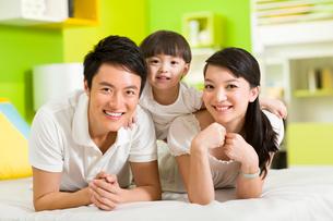 Portrait of happy familyの写真素材 [FYI02214159]