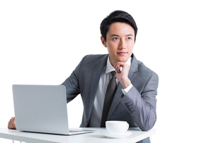 Male office worker working with laptopの写真素材 [FYI02214179]